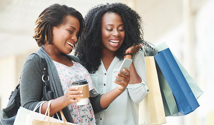 Dos mujeres sonrientes de compra
