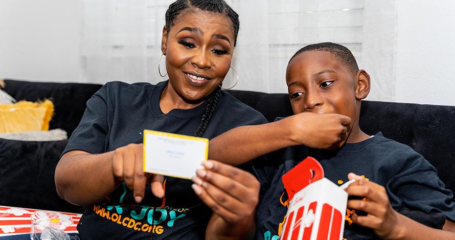 Chery en die seun Jonathan-David Chery geniet 'n Box Joy-pakket.