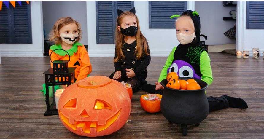 Jèn ti fi selebre Halloween nan yon fason ki an sekirite anndan kay la pandan Halloween.