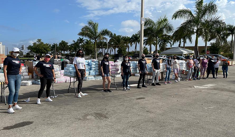 Anplwaye Miami Diaper Bank ak volontè pare pou distribye kouchèt.