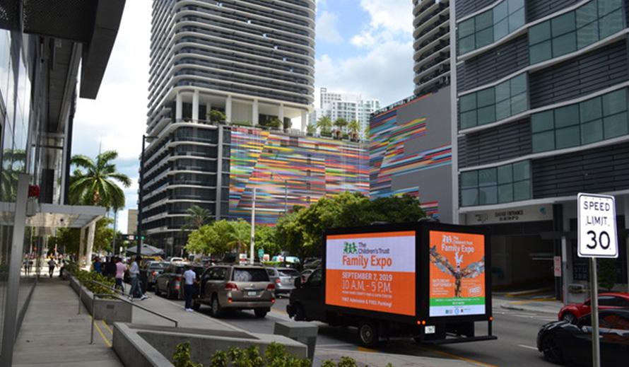 Camión móvil LED que muestra publicidad de Family Expo