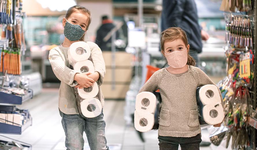 De sè kolekte papye twalèt nan magazen pandan yon pandemi coronavirus.