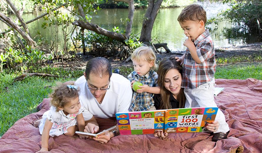 Familia leyendo en el parque