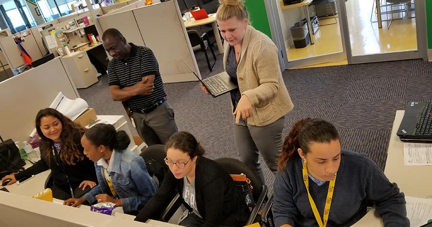 Los estudiantes en prácticas trabajan bajo la supervisión del personal de The Children's Trust.