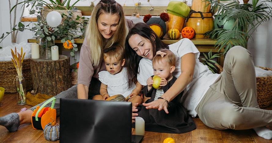 Una familia celebra el Día de Acción de Gracias visitando virtualmente a familiares.