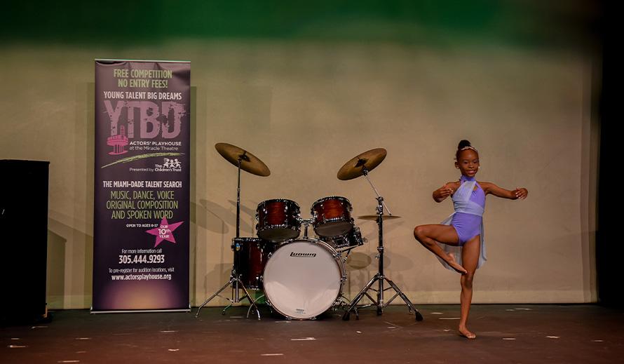 Una niña audicionó durante la competencia 2020 Young Talent Big Dreams.