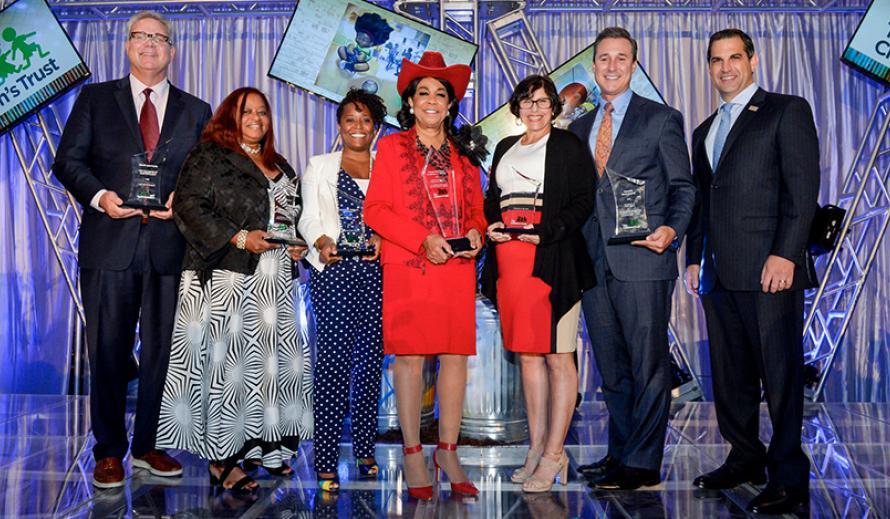 Galardonados de Champions for Children y el Presidente/CEO del Children's Trust James R. Haj