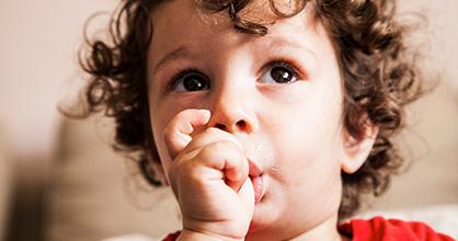 Niño chupándose el dedo