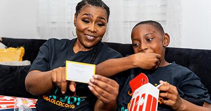 Magdala Chery y su hijo Jonathan-David Chery disfrutan de un paquete Box Joy.