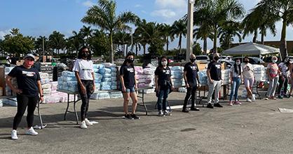 El personal y los voluntarios de Miami Diaper Bank están listos para distribuir pañales.