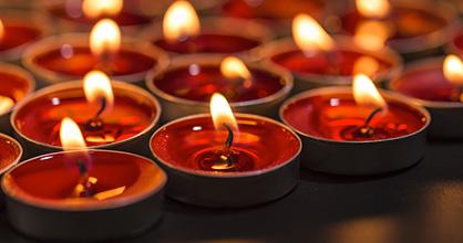 Velas rojas que representan diversas religiones.