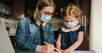 Una madre educa en casa a su hija durante la pandemia de coronavirus.