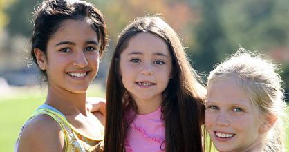 Un grupo de chicas diversas sonríen juntas.