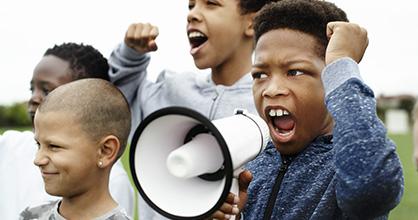 Chicos de diferentes razas protestan juntos.