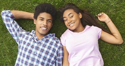 Un adolescente y una adolescente disfrutan pasar tiempo juntos.